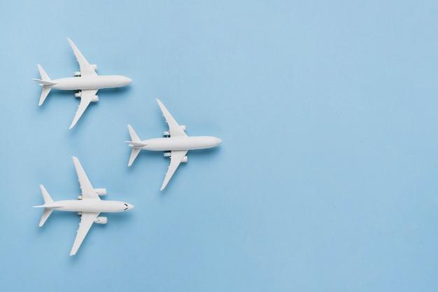 Koncepcja Podróży Z Samolotami Premium Zdjęcia