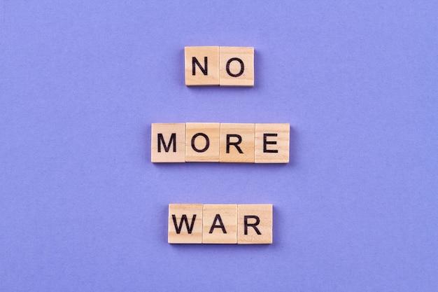 Koncepcja Pokoju Międzynarodowego. Slogan No More War Napisany Literami Na Drewnianych Kostkach. Na Białym Tle Na Niebieskim Tle. Premium Zdjęcia