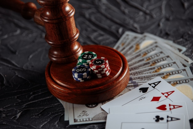 Koncepcja Regulacji Prawnej Hazardu, Młotek Sprawiedliwości I Kości Na Tle Starego Szarego Stołu. Premium Zdjęcia