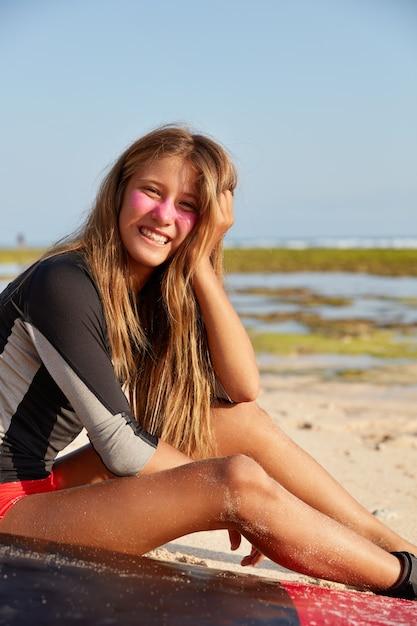 Koncepcja Rekreacji, Sportu I Stylu życia. Wesoła Dziewczyna Lubi Surfować, Odpoczywa Po Wycieczce Darmowe Zdjęcia