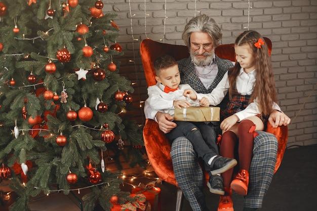 Koncepcja Rodziny, Wakacji, Pokolenia, Bożego Narodzenia I Ludzi. Dzieci W Pokoju Urządzonym Na święta Bożego Narodzenia Darmowe Zdjęcia
