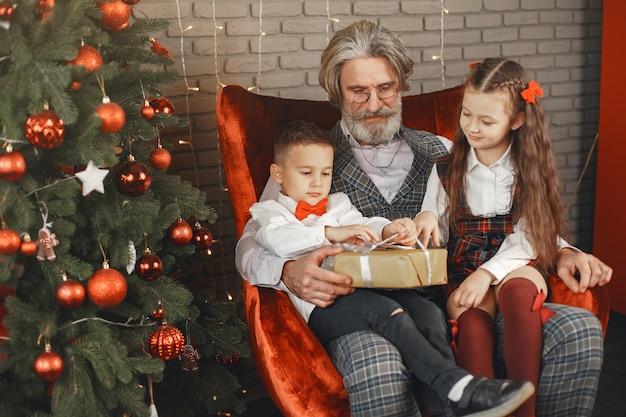 Koncepcja Rodziny, Wakacji, Pokolenia, Bożego Narodzenia I Ludzi. Dzieci W Pokoju Urządzonym Na święta Bożego Narodzenia. Darmowe Zdjęcia