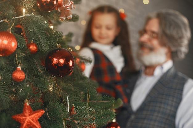 Koncepcja Rodziny, Wakacji, Pokolenia, Bożego Narodzenia I Ludzi. Pokój Urządzony Na Boże Narodzenie Darmowe Zdjęcia