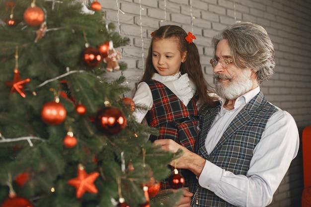 Koncepcja Rodziny, Wakacji, Pokolenia, Bożego Narodzenia I Ludzi. Pokój Urządzony Na Boże Narodzenie. Darmowe Zdjęcia