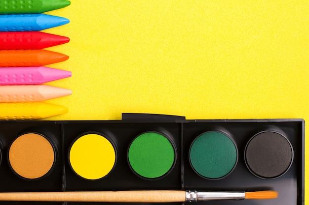 Koncepcja Rysowania Kreatywności Dzieci. Kredki I Farby. Widok Z Góry Premium Zdjęcia