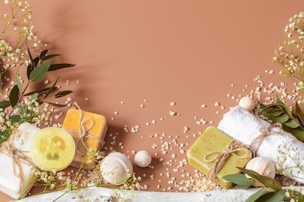 Koncepcja Spa Z Akcesoriami Do Ciała I Twarzy Na Kolorowym Tle. Miejsce Na Tekst Premium Zdjęcia
