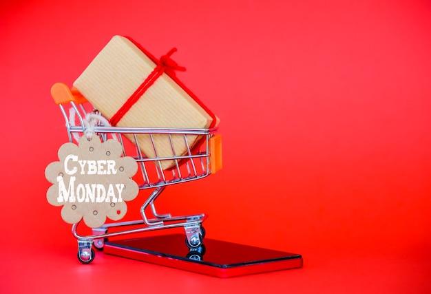 Koncepcja sprzedaż poniedziałek cyber, mini koszyk z tagiem sprzedaż Premium Zdjęcia
