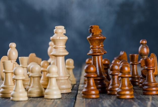 Koncepcja Strategii Biznesowej Z Figurami Szachowymi Na Ciemnej I Drewnianej Powierzchni Darmowe Zdjęcia
