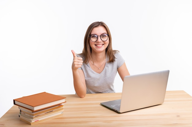 Koncepcja Studiów, Edukacji I Ludzi. Młoda Kobieta Nerd Uczy Się ćwiczeń Za Pomocą Laptopa Premium Zdjęcia