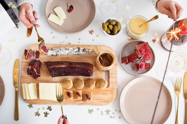 Koncepcja świąteczny rodzinny stół obiadowy. święta bożego narodzenia Premium Zdjęcia