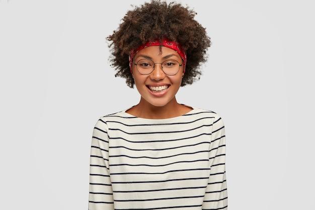 Koncepcja Szczęścia. Piękna Murzynka Z Fryzurą Afro Darmowe Zdjęcia