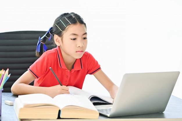 Koncepcja Szkoły Domowej, Azjatyckie Dzieci Pochylone Online Z Domu Premium Zdjęcia