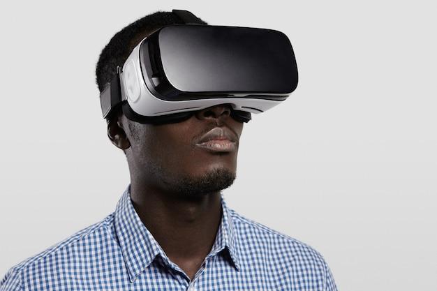 Koncepcja Technologii, Rozrywki, Gier, Cyberprzestrzeni I Ludzi. Poważny, Ciemnoskóry Gracz W Kraciastej Koszuli I Dużych, Nowoczesnych Okularach 3d. Darmowe Zdjęcia