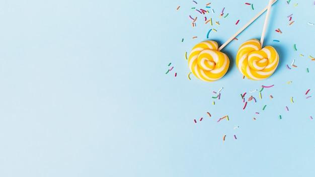 Koncepcja Urodziny I Impreza Z Lizakiem Na Niebieskim Tle Pastelowych, Widok Z Góry, Miejsce Na Kopię, Baner Premium Zdjęcia