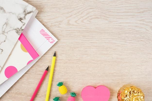 Koncepcja Walentynki. Freelance Modne Miejsce Do Pracy Z Kobiecością W Płaskiej Stylistyce Z Sercami, Marmurową Teczką, Notatnikiem, Różowymi Neonowymi Materiałami Na Szarym Drewnie Premium Zdjęcia
