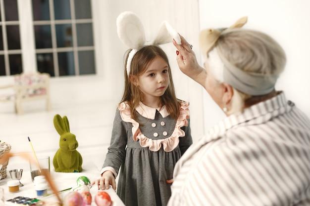 Koncepcja Wielkanocna. Mała Dziewczynka I Jej Babcia Kolorowanki Jajka Na Wielkanoc. Darmowe Zdjęcia