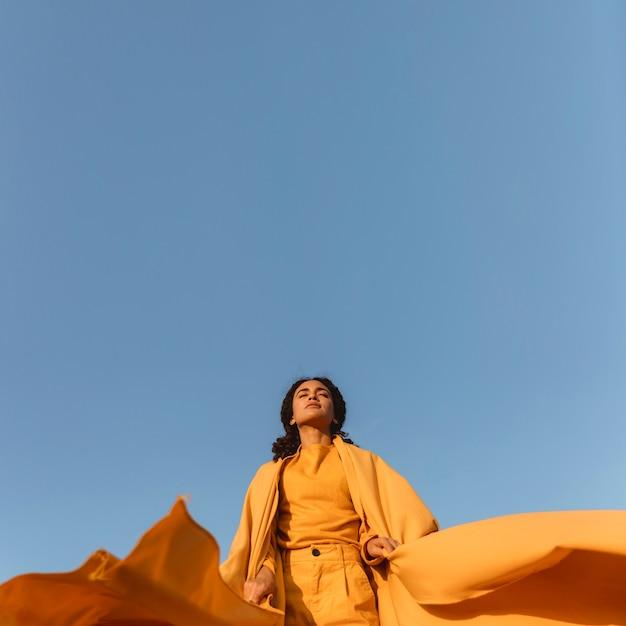 Koncepcja Wolności Z Kobieta Gospodarstwa Tkaniny W Przyrodzie Darmowe Zdjęcia
