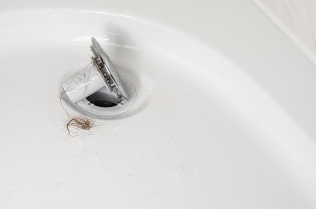 Koncepcja Wypadania Włosów Lub łysienia. Chodaki Pod Prysznicem Po Umyciu. Zamknij Się, Skopiuj Przestrzeń. Premium Zdjęcia
