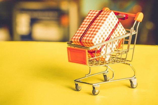 Koncepcja zakupów online - wózek wózek pełen prezentów. Premium Zdjęcia