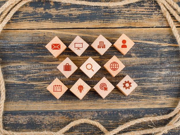 Koncepcja Zarządzania Z Drewnianymi Klockami Z Ikonami Na Drewnianym Stole Leżał Płasko. Darmowe Zdjęcia