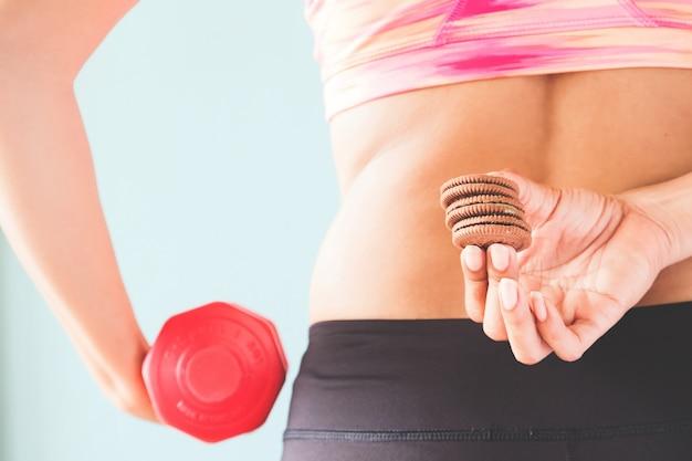 Koncepcja zdrowego stylu życia, diety i przydatności, fitness kobiet gospodarstwa przekąski i hantle w innej Darmowe Zdjęcia