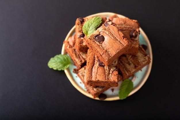 Koncepcja zdrowej żywności domowe ekologiczne krówki słonecznika nasiona masła brownies na czarnym tle Premium Zdjęcia