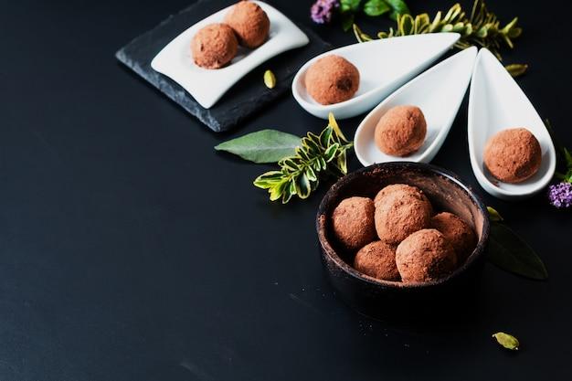 Koncepcja Zdrowej żywności Homemade Chocolate Truffle On Black Premium Zdjęcia