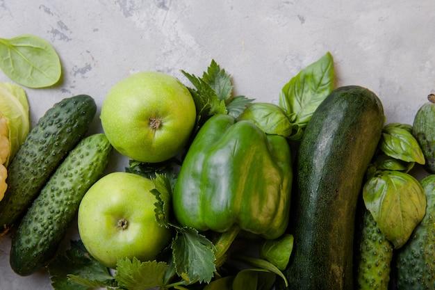 Koncepcja zdrowej żywności wegetariańskiej, wybór świeżej zielonej żywności na dietę detoksykacyjną Premium Zdjęcia