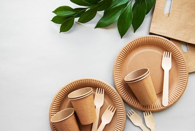 Koncepcja zero odpadów, papierowa zastawa stołowa Premium Zdjęcia