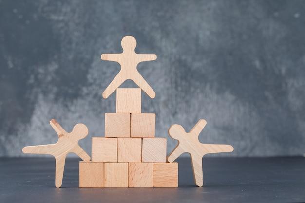 Koncepcja Zespołu I Biznesu Z Drewnianymi Klockami, Takimi Jak Piramida Z Drewnianymi Postaciami Ludzkimi. Darmowe Zdjęcia