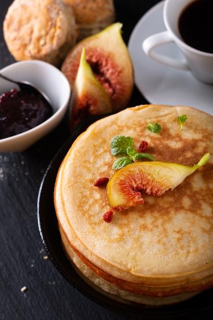 Koncepcja żywności Stos Domowych Naleśników Organicznych Ze śniadaniem Figowym Na Czarno Premium Zdjęcia