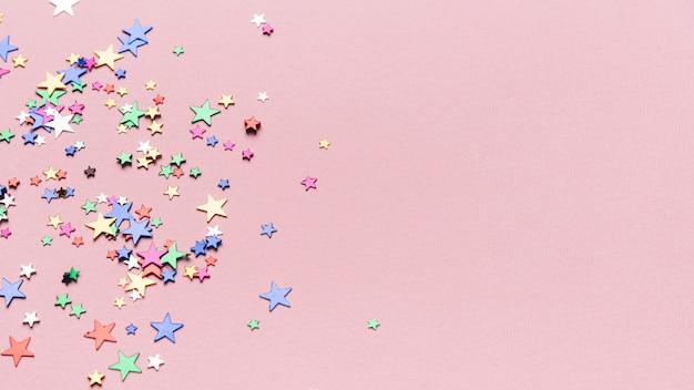 Konfetti gwiazdy na różowym tle z miejsca kopiowania Darmowe Zdjęcia