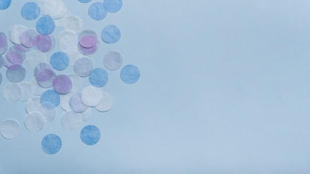 Konfetti Na Niebieskim Tle Z Miejsca Kopiowania Darmowe Zdjęcia