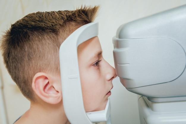 Konsultacja Z Okulistą. Badanie Wzroku W Klinice. Premium Zdjęcia