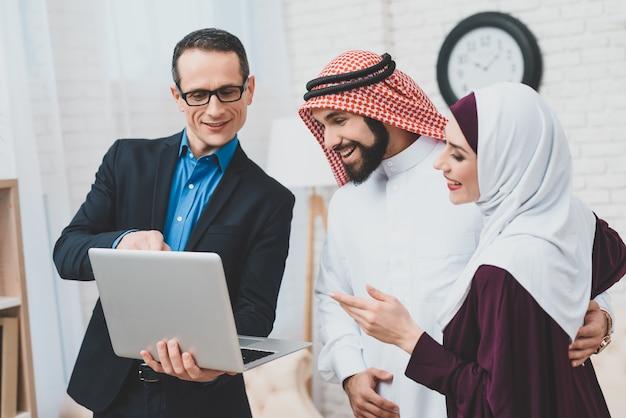 Konsultant biznesowy z laptopem z bogatej rodziny arabskiej. Premium Zdjęcia