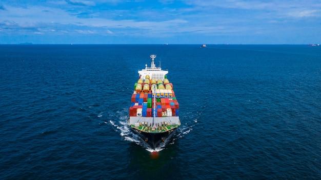 Kontenerowiec przewożący kontener do importu i eksportu ładunków biznesowych. Premium Zdjęcia