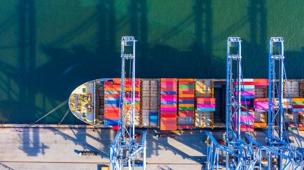 Kontenerowiec załadunek i rozładunek w głębokim porcie morskim, widok z lotu ptaka logistyki biznesowej importu i eksportu transportu towarów Premium Zdjęcia