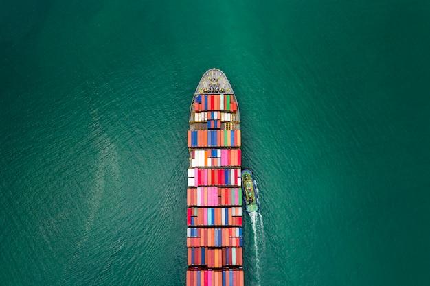 Kontenery do transportu ładunków import i eksport firmy transport logistyczny międzynarodowa obsługa przez kontenerowiec transport morski strach Premium Zdjęcia