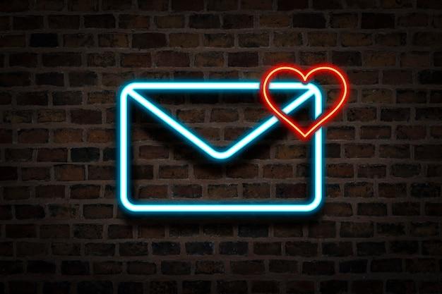 Koperta I Serce, Neon Na Tle ściany Głównej. Koncepcja E-mail, List Od Ukochanej Osoby, Serwis Randkowy, Randki Online. Premium Zdjęcia