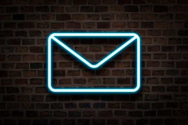Koperta, Neon Na Tle ściany Ognia. Koncepcja E-mail, Biznes. Premium Zdjęcia