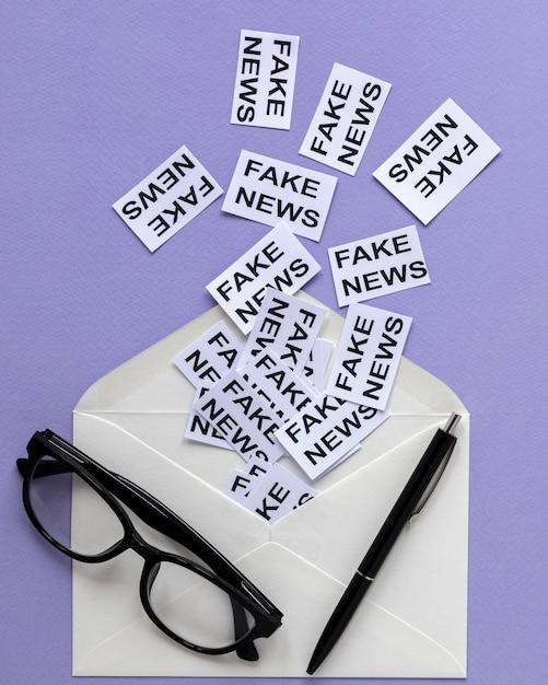 Koperta Z Kartką Papieru Z Fałszywymi Wiadomościami Darmowe Zdjęcia
