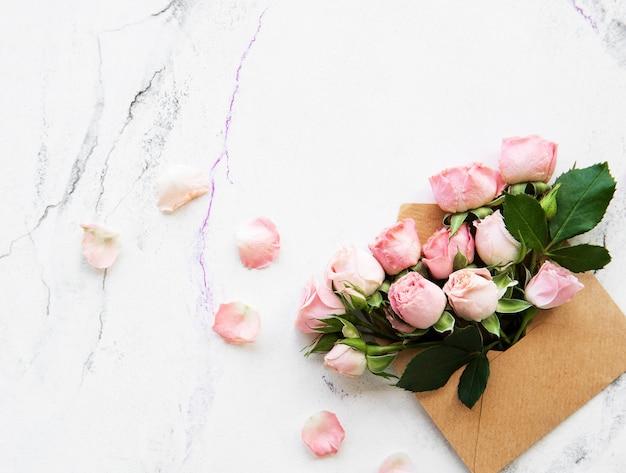 Koperty I Różowe Róże Premium Zdjęcia