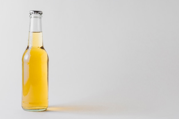 Kopia Butelki Piwa Na Stole Premium Zdjęcia