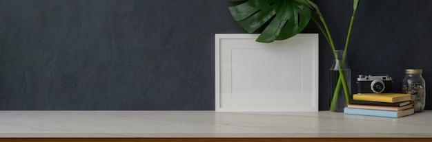 Kopiować Przestrzeń I Dekoracje Na Marmurowym Biurku W Salonie Premium Zdjęcia