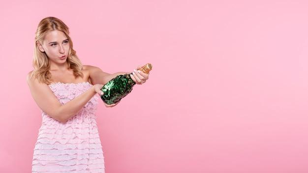 Kopiowanie miejsca młoda kobieta popping szampana na imprezie Darmowe Zdjęcia