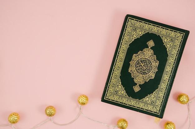 Koran płaski leżał na jasnoróżowym tle Darmowe Zdjęcia