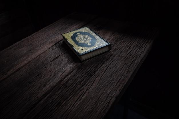 Koran święta księga muzułmanów Premium Zdjęcia