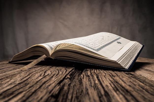 Koran - święta Księga Muzułmanów Premium Zdjęcia