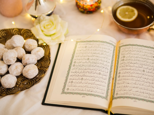 Koran Widok Z Góry Z Herbatą I Ciastem Darmowe Zdjęcia