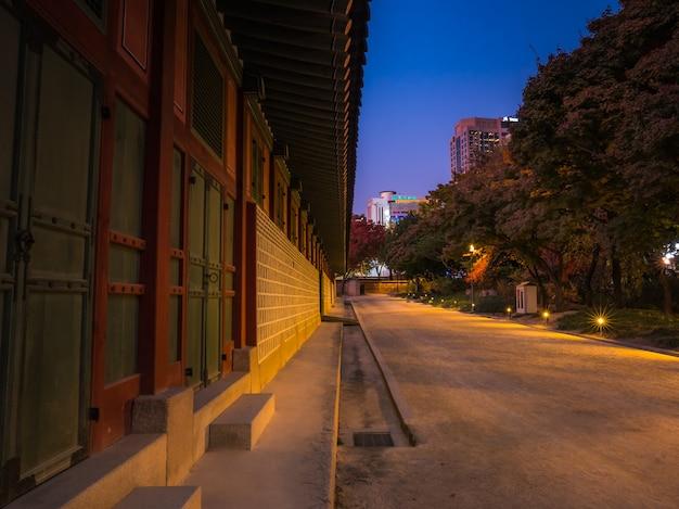 Koreański Krajowy Budynek Z Przejściem W Nocy Premium Zdjęcia